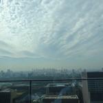 アルヴァ - 33F  からの眺望、手前が皇居 奥に新宿副都心 そこに向かう雲
