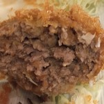 洋食・ワイン フリッツ - メンチカツは肉汁たっぷりの断面