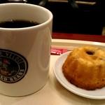 76450968 - ブレンドコーヒー、フルーツクグロフ。