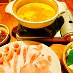 76456381 - 濃厚上海蟹スープでいただく牛タンと松坂ポーク