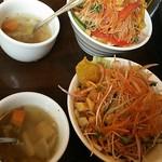 トラットリア シェ ラパン - まずは10品目の季節サラダ、野菜スープ