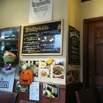 トラットリア シェ ラパン - 店内一番奥の席からキッチン方面