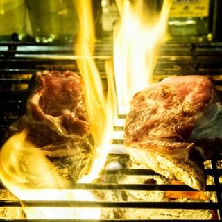 炭焼きの香ばしさと中から溢れ出る肉汁をご堪能ください。