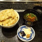 松阪牛 よし田 - ガーリックライス 1.5人分と赤だし、漬け物