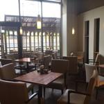 白壁カフェ花ごよみ - 【ゆったりイス席】2階部分まで広々として天井と一面のガラス窓が開放的なゆったりとしたソファタイプのイス席
