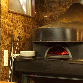 本場イタリアから取り寄せた本格薪窯を使用しています