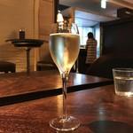シクスバイオリエンタルホテル - スパークリングワイン(700円)