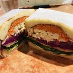 俺のBakery&Cafe 松屋銀座 裏 - たっぷり野菜とチキン ブルーチーズのサンドイッチ