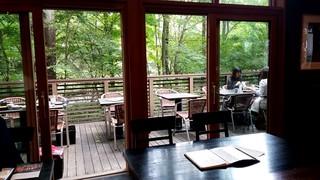 せきれい橋 川上庵 - 緑に囲まれたテラス席