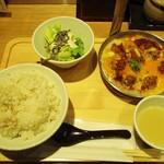 酉しみず - 鶏から親子とじ定食 1,101円(税込)。