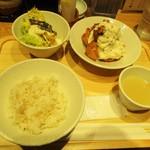 酉しみず - タルタルチキン南蛮定食 907円(税込)。