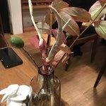 76491891 - イケバナ:テーブルに運ばれてきた秋の生け花。
