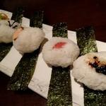 ご飯屋 おむすび - 奥から塩昆布、鮭、炙り明太子、ワサビ昆布
