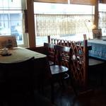 自家焙煎珈琲専門店 B.BROWN - 窓際の席