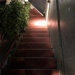 博多のカレ - この階段の上がお店