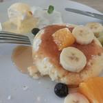 76496604 - フルーツパンケーキにとろり蜜。
