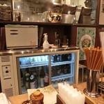 肉汁餃子製作所ダンダダン酒場 - 目の前の冷蔵ショーケース、お酒が一杯!