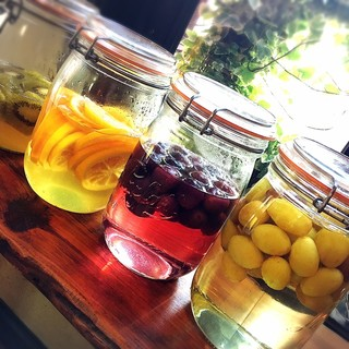 季節の自家製果実酢はお好きなフルーツをお酒やソーダ割で♪
