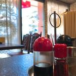 栄来軒 - 卓上の調味料ナメのエントランス