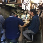 豊野丼 - 狭い店内は油の匂いでいっぱい。  食う前に胸焼けしそうだから外待ちがちょうどいい塩梅。