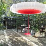 カフェ井政 - お庭の席
