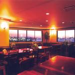 ビアレストラン 門司港地ビール工房 - 3Fフロア。夕刻には素敵な夕焼けをご覧いただけます。ビアホールスタイルで80席