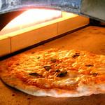 ビアレストラン 門司港地ビール工房 - 窯焼きピッツァ。ピッツァ生地はビール酵母で発酵させています。全15種類