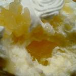 氷屋ぴぃす - 中にもラ・フランス沢山♡ ラ・フランスだけだと甘めな印象だけどかき氷全体がヨーグルトか…?レアチーズ?のような酸味もあるので思った程甘々では無かった♡美味しい♡