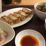 魏飯吉堂 - 魯肉飯+餃子+鶏肉のネギ塩+ジムビームハイボール