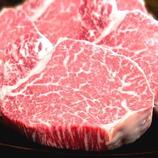 おすすめは黒毛牛の厚切りエアーズロック・ステーキ