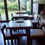 嵐山のむら - お庭に近い2名掛けテーブル