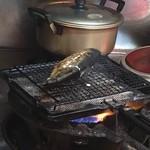 はやしや食堂 - ニシンを焼いています。