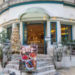 キル フェ ボン - 「キル フェ ボン 福岡店」さんは相変わらずオシャレ。クリスマスツリーももう立っていました。