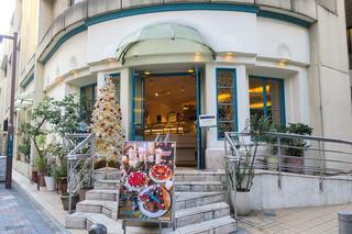 キル フェ ボン 福岡店 - 「キル フェ ボン 福岡店」さんは相変わらずオシャレ。クリスマスツリーももう立っていました。