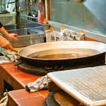 嶋屋 - 名物のポテトは店内で揚げます