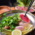 Meat Camp - あっさりした味わいの出汁と合鴨の相性抜群な「クレソン鍋」