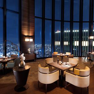 開放的なオープンキッチンと大阪のパノラマビュー