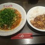 想吃担担面 - デザートセット 1,000円 汁無し坦坦麺+麦入りご飯+杏仁豆腐