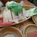 Hainanchifan - 蒸し鶏と三種のソース。