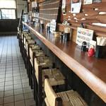 かしわ家 - 店内、長いカウンター席(2017.11.17)