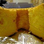 7656914 - シフォンケーキオレンジ:断面.自分の重みで真ん中が下がっているのがわかりますか?