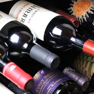 ワイン、日本酒、本格焼酎、秀逸な品揃えが料理を引き立てる。