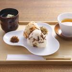 神宗 - 神宗特製おにぎりとお吸い物のセット(ミニ煮汁ソフトクリーム付) 税込450円