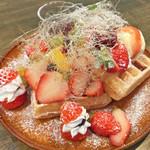 洋食のまなべ - 苺のワッフル