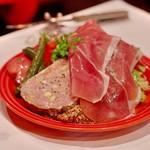 サラマンジェ ドゥ カジノ - 田舎風お肉のパテ 生ハムサラダ添え