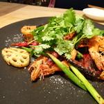 凛丹 一碗居 - ◆天使の海老と新蓮根のガーリックスパイス炒め(1200円) 唐辛子タップリ(頂きませんけれど)ですが、見た目ほど辛くないですね。 黒胡椒もタップリでスパイシーですが、美味しい。