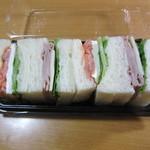 神戸屋スタッツォ - スモークサーモン・クリームチーズ&ハム・モッツアレラチーズのサンドイッチ 626円