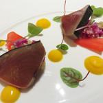 76574803 - 冷たい前菜。 カツオに、彩り野菜・スーパーフード・クミンのソースを組み合わせたもの。