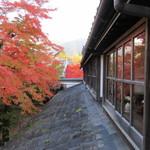 76576897 - この窓から間近に見える紅葉を見るのが好き