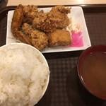 北海道唐揚げ えぞ丸 - 俺は 『鳥ミックス定食』 ももとむねの唐揚げに手羽先、無料のライス大盛りとみそ汁で¥680。